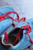 老对运动鞋 免版税图库摄影