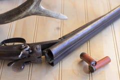 老寻找的猎枪在寻找鹿的一天以后 库存图片
