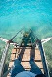 老导致蓝色绿松石海水的葡萄酒金属木台阶从海滩 美好的日夏天 游泳池与 库存照片