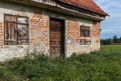 老小屋,村庄,稳定与一个绿色草甸 库存照片