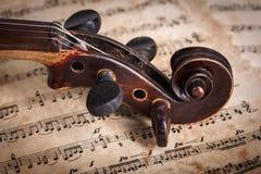 老小提琴纸卷接近的看法  免版税图库摄影