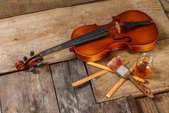 老小提琴在车间 库存图片