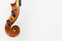 老小提琴射击的顶视图关闭在白色桌上的 免版税图库摄影