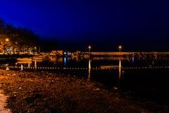 老小游艇船坞在晚上 库存照片