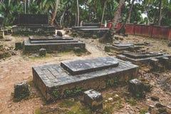 老小组在小山的墓碑废墟,匈牙利 免版税库存照片