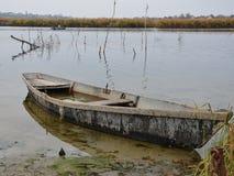 老小船充满水 免版税库存照片