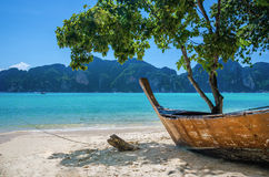 老小船和异乎寻常的海滩普吉岛,泰国 库存照片