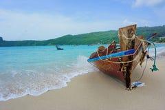 老小船和蓝色海 免版税图库摄影