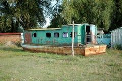 老小船在庭院里 免版税库存照片