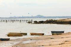 老小船在海滩 免版税库存照片