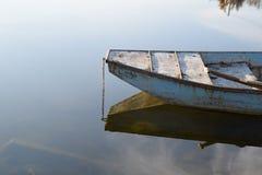 老小船在镇静水中 库存照片