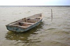 老小船捕鱼 等待渔夫 库存照片