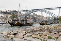 老小船用葡萄酒在加亚新城滚磨在波尔图, 免版税库存图片