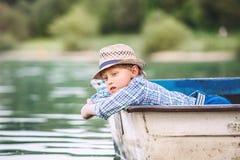 老小船的作的男孩在夏天小船 库存照片
