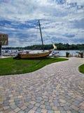 老小船纪念碑有美好的蓝天和云彩背景 库存图片
