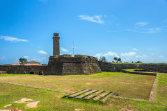 老尖沙咀钟楼和加勒荷兰堡垒古老墙壁 免版税库存照片
