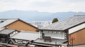 老屋顶城镇 背景是京都市 图库摄影