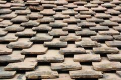 老屋顶赤土陶器瓦片 免版税库存图片
