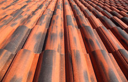老屋顶赤土陶器瓦片 库存图片