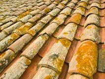 老屋顶赤土陶器瓦片 免版税库存照片