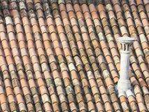 老屋顶细节与烟囱的 免版税库存图片