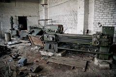 老工业机床和生锈的金属设备在被放弃的工厂 免版税图库摄影