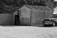 老工具流洒与经典汽车 库存照片
