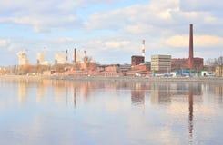 老工厂厂房和涅瓦河 免版税库存照片