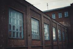 老工厂厂房,后退的标志 免版税库存图片