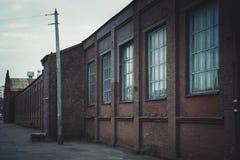 老工厂厂房,后退的标志 库存图片