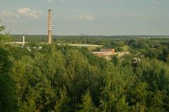 老工厂的看法从后工业化的堆的 库存图片
