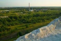 老工厂的看法从后工业化的堆的 免版税库存图片