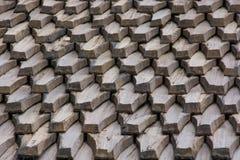 老工艺,瓦由木头制成由矿石杉木在房子由19世纪 免版税库存照片