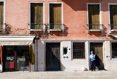 老巷道在威尼斯意大利 图库摄影