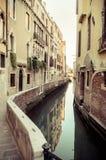老巷道在威尼斯,意大利 库存图片