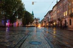 老市利沃夫州在晚上 库存图片
