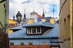 老市屋顶和灯笼维尔纽斯 免版税库存照片