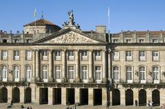 老市政厅和游人在孔波斯特拉的圣地牙哥 免版税库存照片
