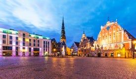 老市政厅广场的晚上风景在里加,拉脱维亚 库存照片