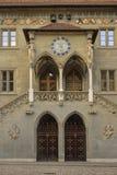 老市政厅的入口在伯尔尼(RatHaus) 瑞士 图库摄影