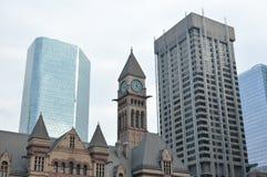 老市政厅钟楼和摩天大楼在多伦多 库存照片