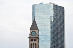 老市政厅钟楼和摩天大楼在多伦多 免版税库存照片