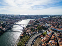 老市的全景波尔图 一飞行在房子、河和桥梁的屋顶 免版税库存照片