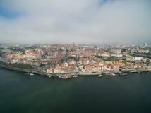 老市的全景波尔图 一飞行在房子、河和桥梁的屋顶 免版税库存图片