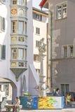 老市街道视图有一个喷泉的苏黎世在瑞士 库存图片