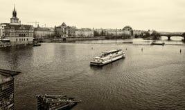 老布拉格和伏尔塔瓦河河议院。 免版税图库摄影