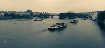 老布拉格和伏尔塔瓦河河议院  免版税库存图片
