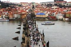 老布拉格和王宫看法从查理大桥 免版税库存照片
