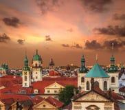 老布拉格屋顶的看法在日落期间的 欧洲,捷克共和国 免版税库存图片
