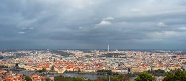 老布拉格的全景和电视耸立,捷克 布拉格和多云天空的历史的中心 布拉格panora 免版税库存照片